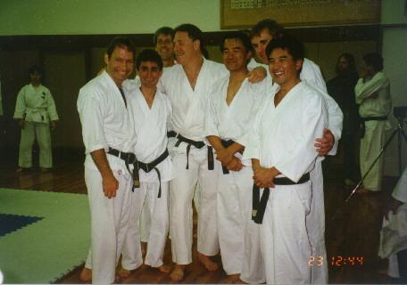 1996 - Durante la celebrazione dei 65 anni del Club di Karate della Università di Waseda con membri del Giappone, Hong Kong, Belgio, USA e Svizzera.